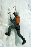 Hombre que sube la cascada congelada Fotos de archivo