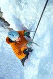 Hombre que sube la cascada congelada Fotos de archivo libres de regalías