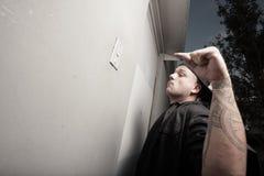 Hombre que suena la alarma del almacén Imagen de archivo libre de regalías