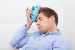 Hombre que sufre con dolor de cabeza Imágenes de archivo libres de regalías