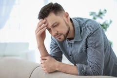Hombre que sufre de dolor de cabeza Fotografía de archivo libre de regalías