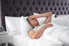 Hombre que sufre de dolor de cabeza después de sueño foto de archivo libre de regalías