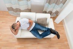 Hombre que sufre de dolor de estómago Imagen de archivo libre de regalías