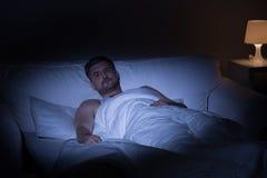 Hombre que sufre de insomnio Imagenes de archivo