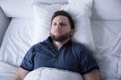 Hombre que sufre de insomnio Imagen de archivo libre de regalías