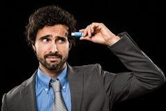 Hombre que tapa un Memory Stick en su cabeza Foto de archivo
