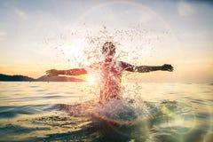 Hombre que tiene agua spashing de la diversión Fotografía de archivo