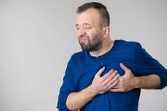 Hombre que tiene ataque del dolor del corazón imagenes de archivo