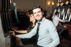Hombre que tiene buen tiempo en un casino Imágenes de archivo libres de regalías