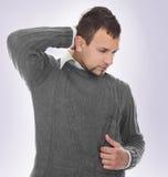Hombre que tiene dolor de cuello Imagen de archivo libre de regalías
