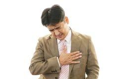Hombre que tiene dolor de pecho Imagenes de archivo