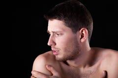 Hombre que tiene dolor del brazo Fotos de archivo libres de regalías
