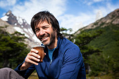 Hombre que tiene el compañero en montañas del patagonia Imágenes de archivo libres de regalías