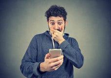 Hombre que tiene malas noticias en el teléfono imagen de archivo