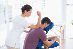 Hombre que tiene masaje trasero Imagen de archivo
