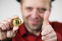 Hombre que tiene moneda del bitcoin fotos de archivo libres de regalías