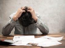 Hombre que tiene problemas financieros con las facturas y las tarjetas de crédito, concepto del dinero , las propiedades inmobili foto de archivo