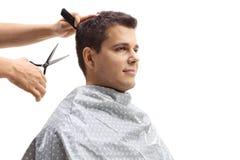 Hombre que tiene su corte del pelo foto de archivo