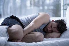 Hombre que tiene trastornos del sueño Imágenes de archivo libres de regalías
