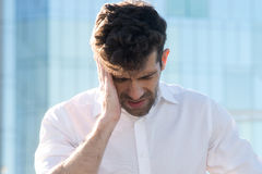 Hombre que tiene un dolor de cabeza Imagen de archivo libre de regalías