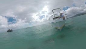 Hombre que tiene viaje del agua en el océano Navegación del yate de Crystal Rock cerca de Mauricio metrajes