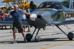 Hombre que tira del aeroplano Imagenes de archivo