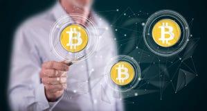 Hombre que toca concepto de la moneda del bitcoin foto de archivo