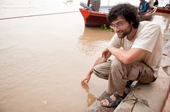 Hombre que toca el agua Fotos de archivo libres de regalías
