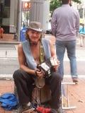 Hombre que toca el instrumento musical hexagonal Imagenes de archivo