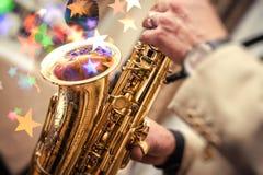 Hombre que toca el saxofón foto de archivo