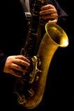 Hombre que toca el saxofón Fotos de archivo libres de regalías