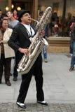 Hombre que toca el saxofón del barítono Foto de archivo