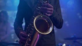 Hombre que toca el saxofón durante concierto Cierre para arriba almacen de metraje de vídeo