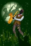 Hombre que toca el saxofón en funcionamiento de la banda de la música Foto de archivo libre de regalías
