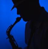 Hombre que toca el saxofón en silueta Imágenes de archivo libres de regalías
