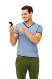 Hombre que toca el teléfono elegante sobre el fondo blanco imagen de archivo