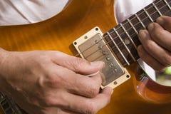 Hombre que toca la guitarra Fotos de archivo libres de regalías