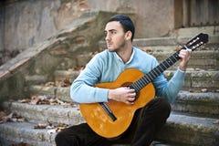 Hombre que toca la guitarra Foto de archivo