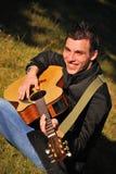 Hombre que toca la guitarra Imagen de archivo libre de regalías