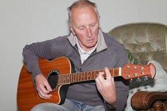 Hombre que toca la guitarra Foto de archivo libre de regalías