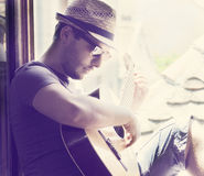 Hombre que toca la guitarra Imagenes de archivo