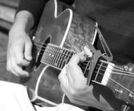 Hombre que toca la guitarra acústica Imagenes de archivo