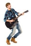 Hombre que toca la guitarra acústica fotografía de archivo libre de regalías