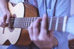 Hombre que toca la guitarra acústica Imágenes de archivo libres de regalías