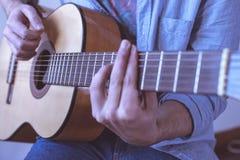 Hombre que toca la guitarra acústica Fotos de archivo libres de regalías