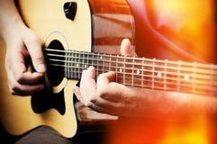 Hombre que toca la guitarra acústica Fotos de archivo