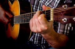 Hombre que toca la guitarra acústica Foto de archivo
