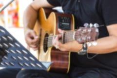 Hombre que toca la guitarra acústica en el parque al aire libre Imagenes de archivo