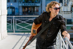 Hombre que toca la guitarra acoutic Foto de archivo libre de regalías
