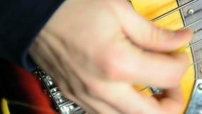 Hombre que toca la guitarra baja almacen de metraje de vídeo